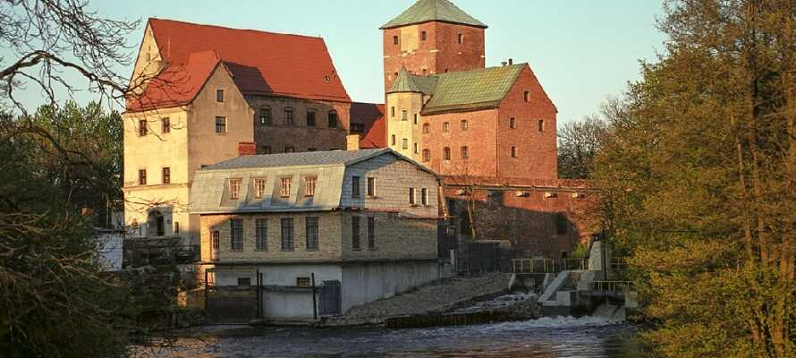 Gå en tur til den hyggelige byen, og besøk det imponerende slottet som idag fungerer som et museum.