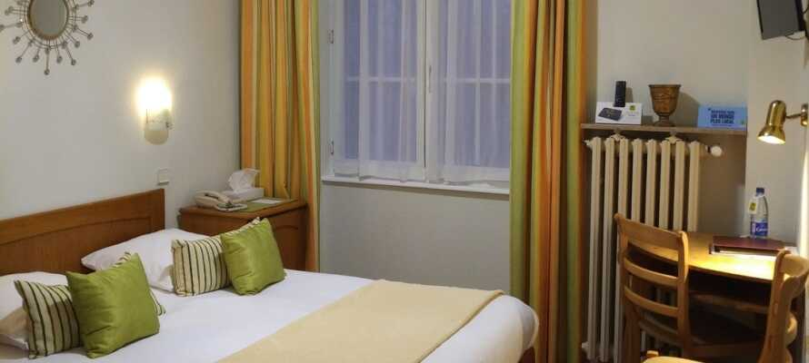 Die Zimmer des Hotels sind in einem klassischen französischen Stil eingerichtet und geben Ihnen für Ihren Aufenthalt einen gemütlichen und komfortablen Rahmen.