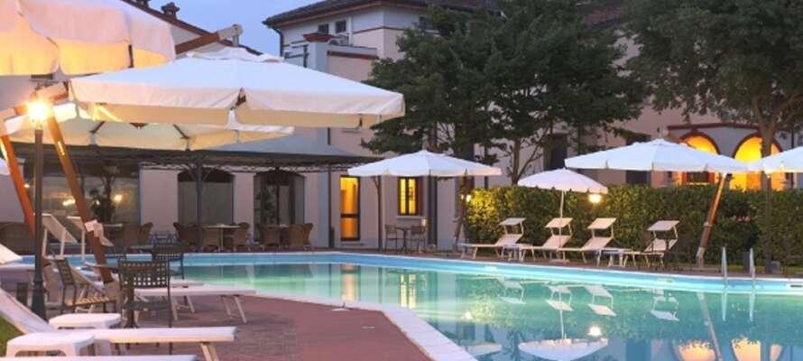 Njut av sommarmånaderna vid hotellets utomhuspool eller spendera en avkopplande stund på wellnessavdelningen.