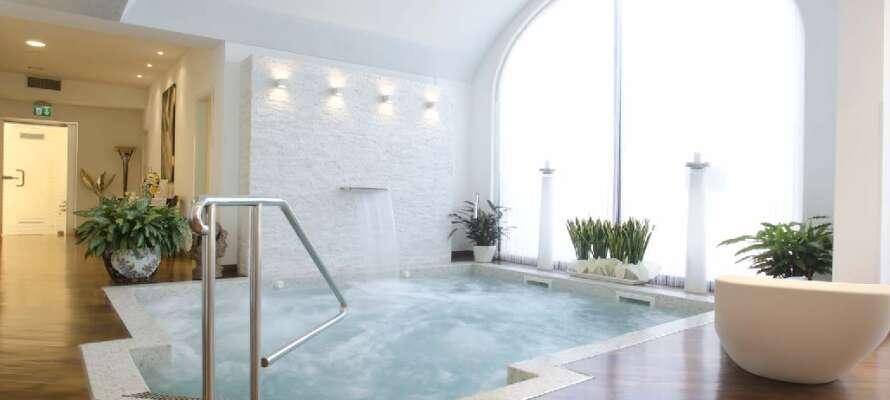 Hotellet har en modern wellnessavdelning med jacuzzi, bastu, ångbad och möjlighet att boka massage.