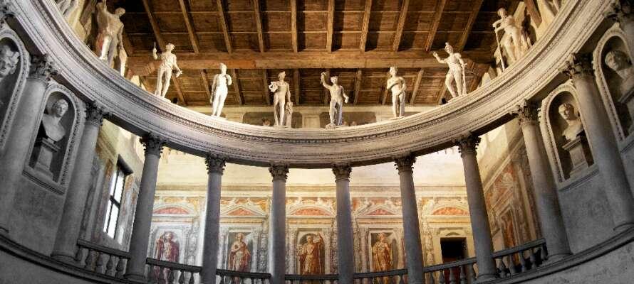 Renässansstaden Sabbioneta är UNESCO-listad och här kan ni besöka den olympiska teatern Palazzo Giardino.