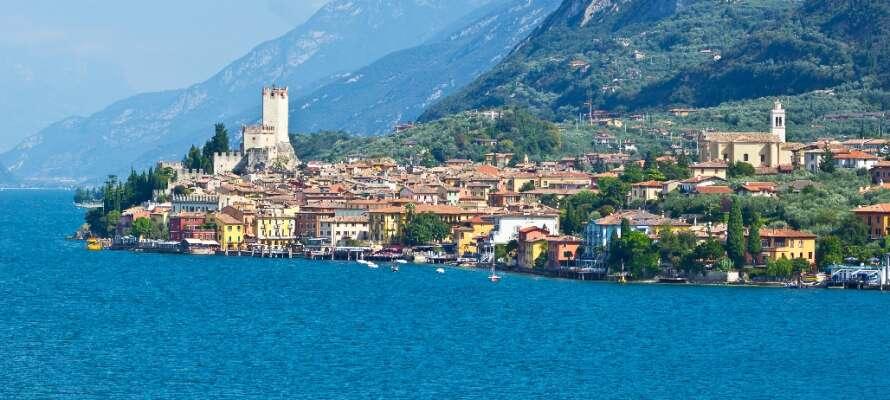 Den populära Gardasjön ligger endast 40 km norr om hotellet och här kan ni bada och besöka den charmiga byn.