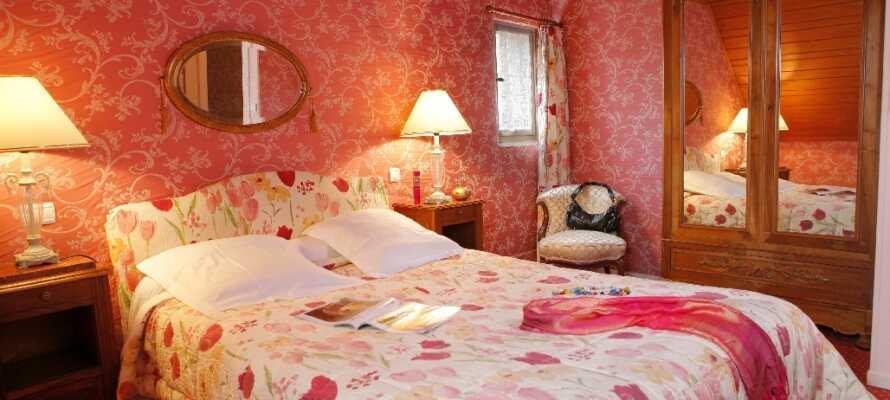 Bo i trivsamma och charmiga rum på Hostellerie Des Deus Clefs.