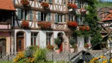 Det trevliga Hostellerie Des Deus Clefs ligger i en romantisk byggnad från 1400-talet.