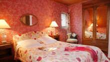 Bo på hyggelige og charmerende værelser på Hostellerie Des Deus Clefs.