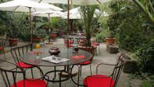 Den dejlige terrasse er et godt sted at hygge sig når vejret er godt.