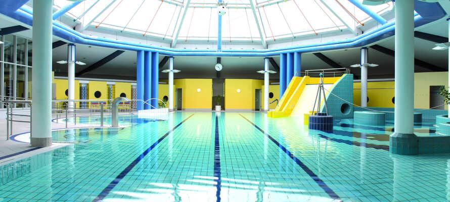Hotellet har et velværeområde med finske badstuer, boblebad og dampbad, samt basseng både inne og ute.