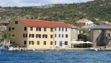 Das Aparthotel Tamarix liegt nur drei Meter von der Adria entfernt