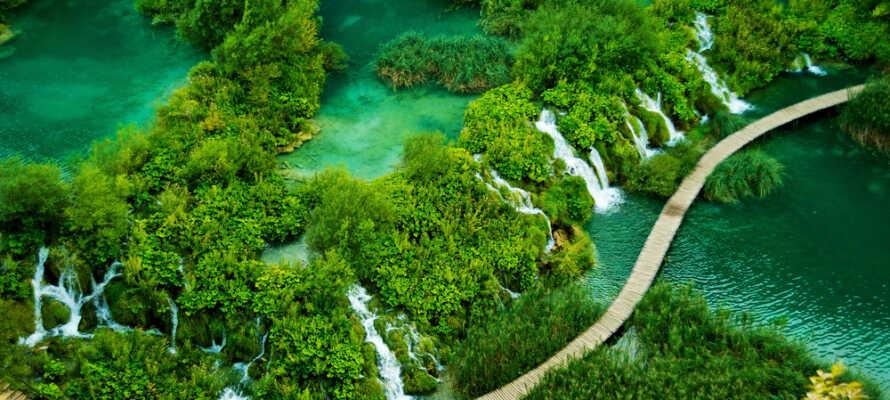 Ta en tur til UNESCOs oppførte Plitvice nationalpark, som inkluderer 16 innsjøer og mange fosser.