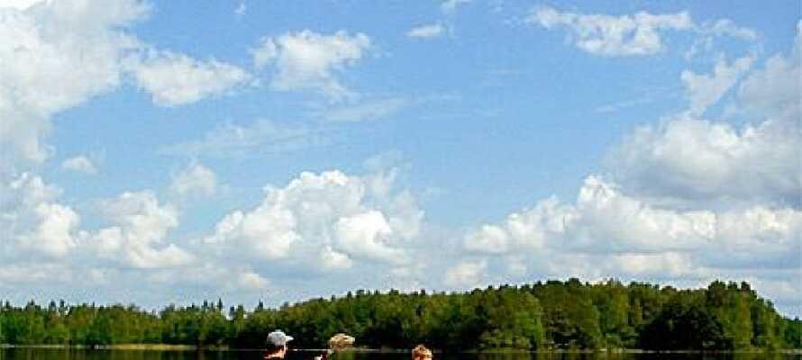 Tag et roligt øjeblik hvor I bare nyder en padletur på en af de mange idylliske søer i området.
