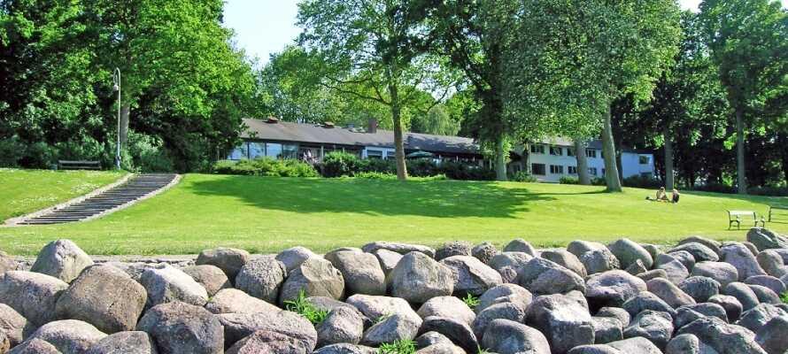 Hotel Strandparken ligger lige ned til Holbæk Fjord i dejlige omgivelser.