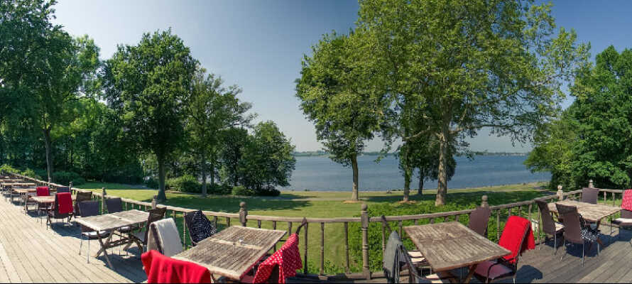 På terrassen kan I nyde en sommerdag med en fantastisk udsigt over Holbæk Fjord.