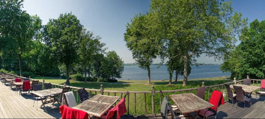 Om sommeren åpner hotellet for servering på sin hyggelige terrasse så snart været tillater det.