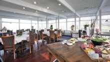 Das hoteleigene Restaurant mit Blick auf den Holbæk Fjord serviert Frühstück und Abendessen.