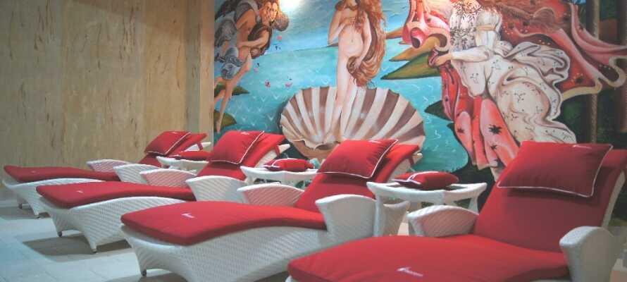 Der Wellnessbereich verfügt über einen Pool, einen Jacuzzi, ein Dampfbad und eine Sauna.