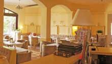 Geniessen Sie das Abendessen im hellen Restaurant mit polnischen und internationalen Gerichten.