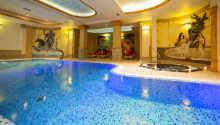 Nyt en tur i hotellets innendørs svømmebasseng.