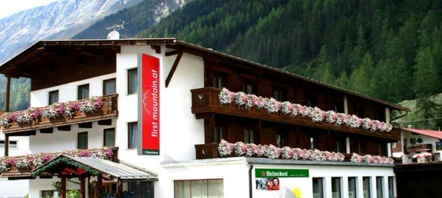 Hotellet ligger i naturskjønne omgivelser i fjellandsbyen Gries, ca. 1600 meter over havets overflate
