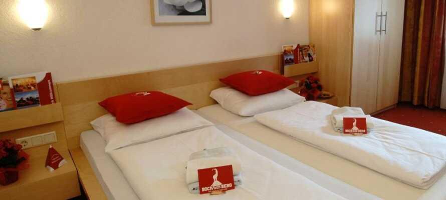 Alle værelser er indrettet i tyroler stil og her kan I slappe af efter en oplevelsesrig dag i bjergene