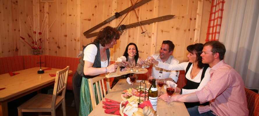 Abends können Sie im traditionellen Restaurant des Hotels Abendessen und ein Getränk genießen.
