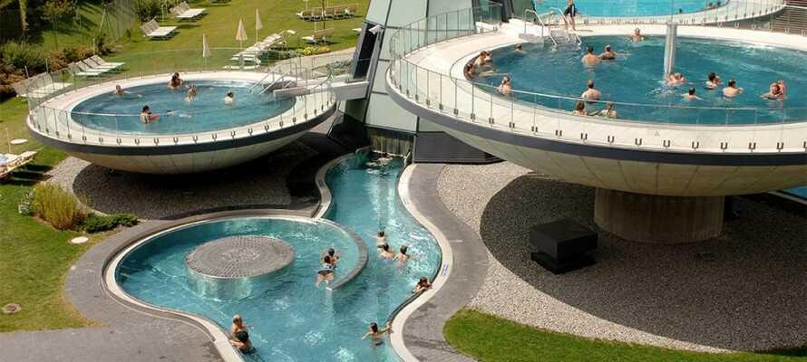 Cirka 7 km från hotellet kan ni skämma bort er med spabehandlingar, bastu och flera pooler på Aqua Dome Längenfeld