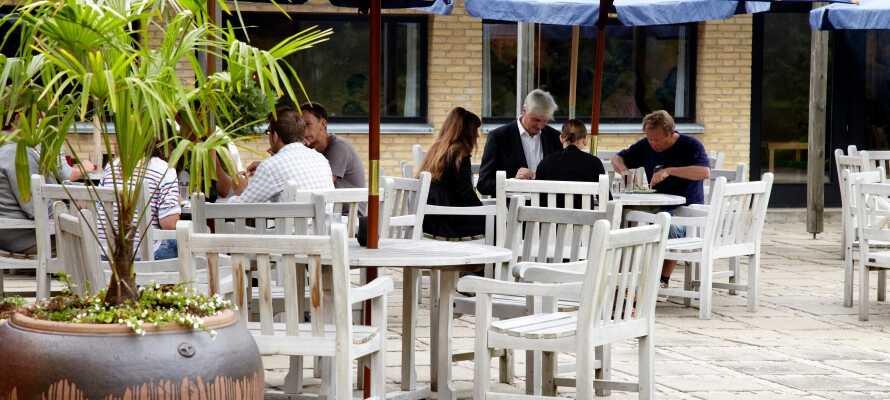 Kystvejens Hotel har en udendørs terrasse, hvor I kan nyde en forfriskning, hvis vejret tillader det.