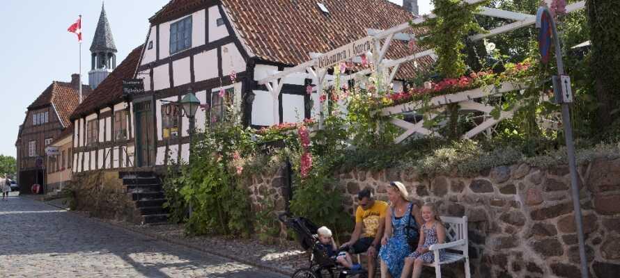 Åk till Ebeltoft och njut av att strosa runt på stadens mysiga kullerstensgator.