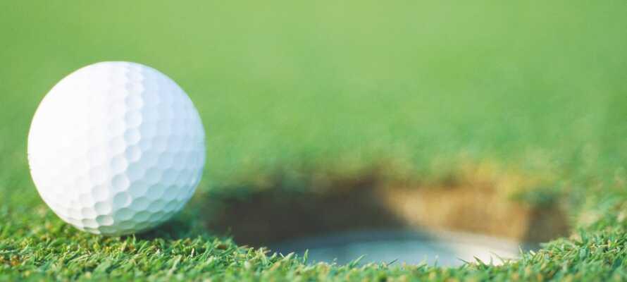 Det er en golfbane i nærheten av hotellet, hvor dere kan spille golf i vakre omgivelser.