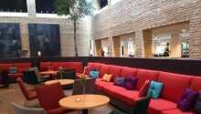På hotellet kan dere spille bordfotball, nyte livet på terrassen og slappe av i de myke møblene