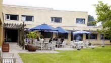 Kystvejens Hotel har en uteterrass där ni kan avnjuta förfriskningar när vädret tillåter