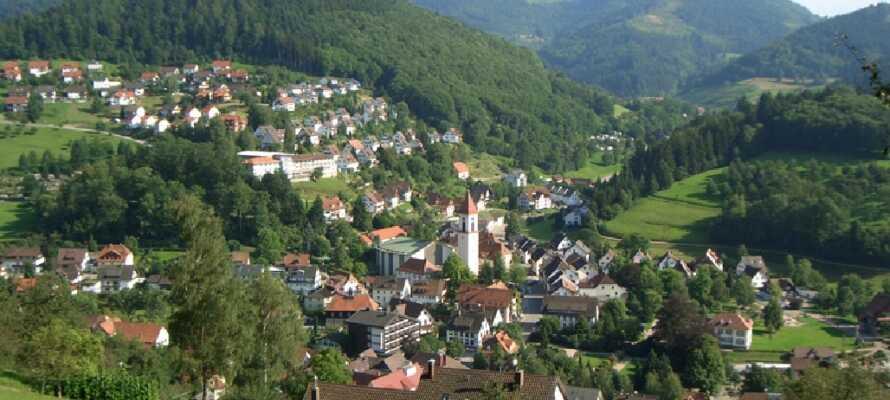 Den charmerende by Ottenhöfen ligger fredfyldt mellem bjerge og frugtplantageret godt udgangspunkt for vandreture.