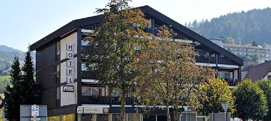 Det charmerende og historiske Hotel Pflug ligger centralt i den lille by Ottenhöfen. I 1878 spiste Mark Twain her.