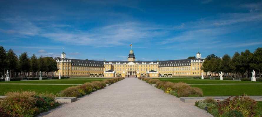 Besuchen Sie Karlsruhe mit dem prächtigen Schloss im Zentrum, von dem sich Alleen und Straßen wie ein Fächer erstrecken.