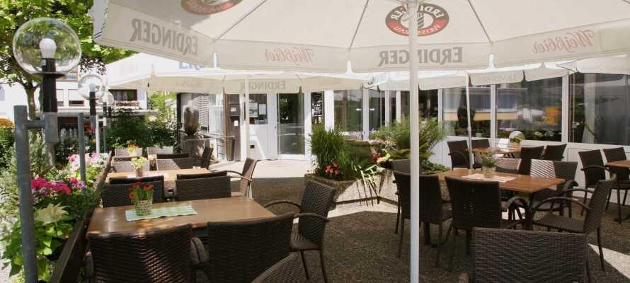 Genießen Sie das Urlaubsleben bei exquisiten Speisen im gemütlichen Hotelrestaurant und entspannen Sie auf der Terrasse.