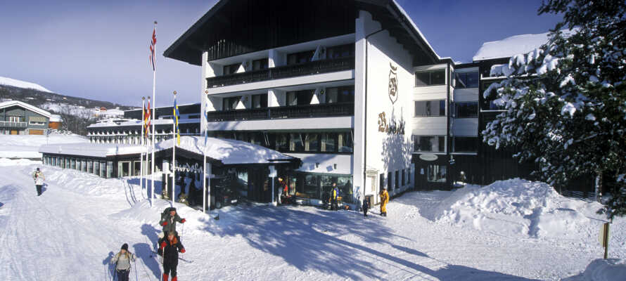 Velkommen til sneoplevelser på Bardøla Høyfjellshotell hvor hele familien kan hygge sig i sneen.