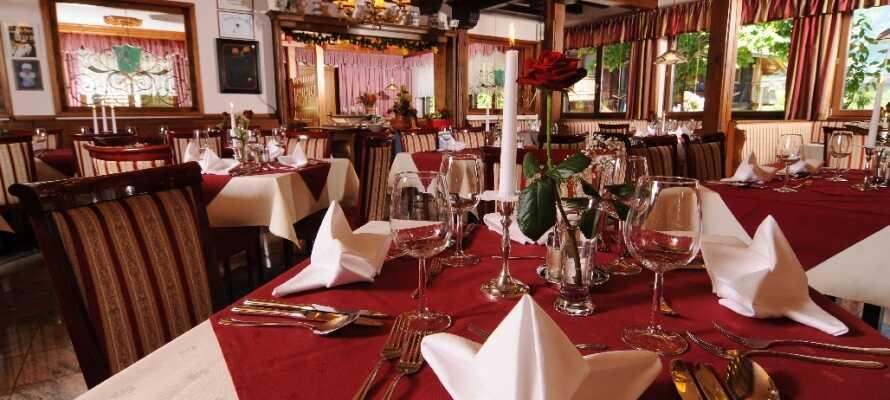 Etter en lang dag ute i naturen, kan dere nyte lokale spesialitetene i hotellets hyggelige restaurant