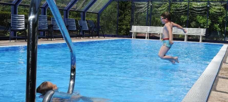 Utnyttja den fräscha poolen eller koppla av i en solstol efter en aktiv dag.
