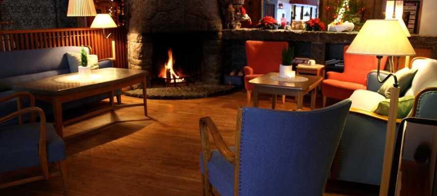 Efter en lang og oplevelsesrig dag kan I slappe af foran den knitrende pejs i hotellets atmosfæriske pejsestue.