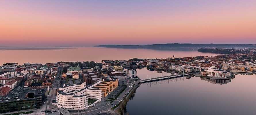 Tag på udflugt til den evigt charmerende hovedby, Jönköping, hvor I finder et sandt hav af muligheder og seværdigheder.