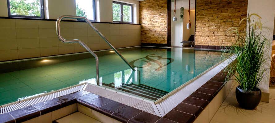 Entspannen Sie im schönen Wellnessbereich des Hotels mit Pool und Saunen. Der Aufenthalt beinhaltet 20% Rabatt!