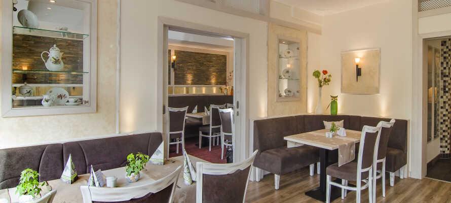 Hotellets restaurant byder på velsmagende retter i en hyggelig atmosfære.