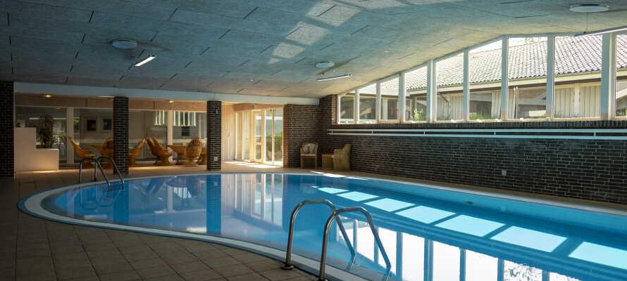 Hotellet byder på både indendørs swimmingpool og sauna.