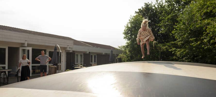 Hotellet har en stor legeplads til børn med  gynger, klatrestativ, legehus og hoppepude.