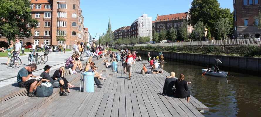 Ta en tur til Århus. Se verdenskunst på Aros, dra på shopping og spis frokost på en av de mange kaféene langs elven.