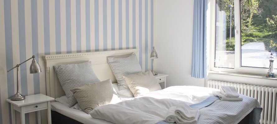 De individuelt indrettede værelser leder tankerne hen på badehotel-stilen og tilbyder dejlige rammer for opholdet