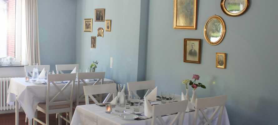 Hotellets mysiga restaurang serverar danska rätter i en trevlig atmosfär.