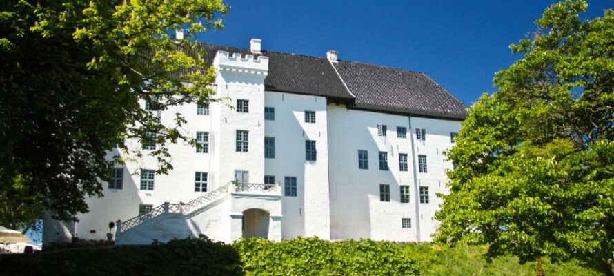 Besök det vackra Dragsholm Slott och njut av en vällagad måltid i slottets restaurang.