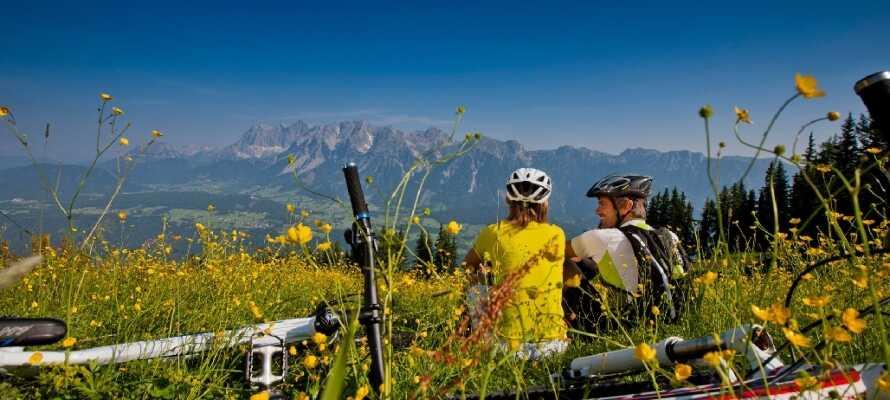På hotellet kan I låne cykler og drage på opdagelse i Alpelandet.