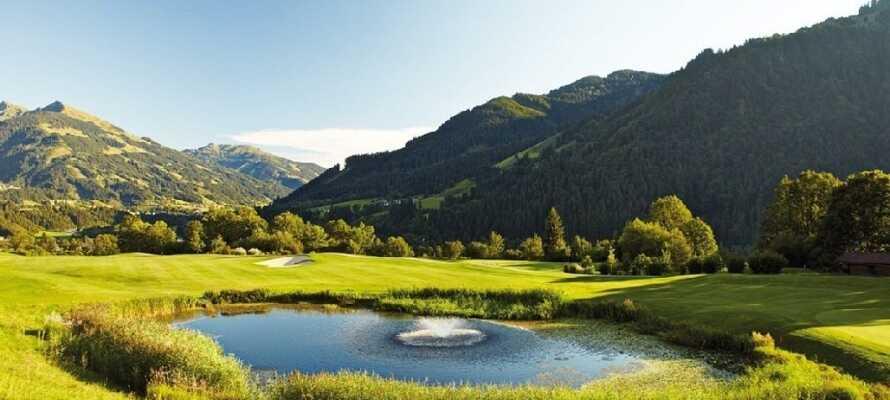 Precis vid hotellet ligger en golfbana med 18 hål där ni kan spela golf mitt i Alperna.
