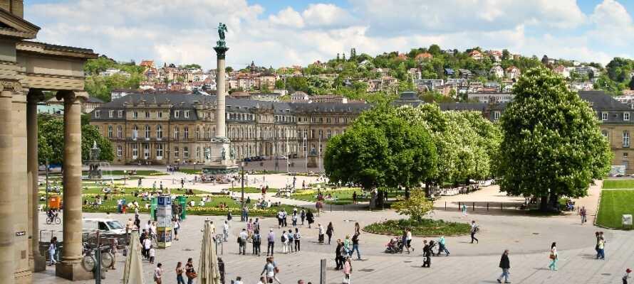 Stuttgarts smukke slotsplads med Kejser Wilhelms Jubilæumssøjle, springvand og flotte græsarealer, ligger i hjertet af byen.